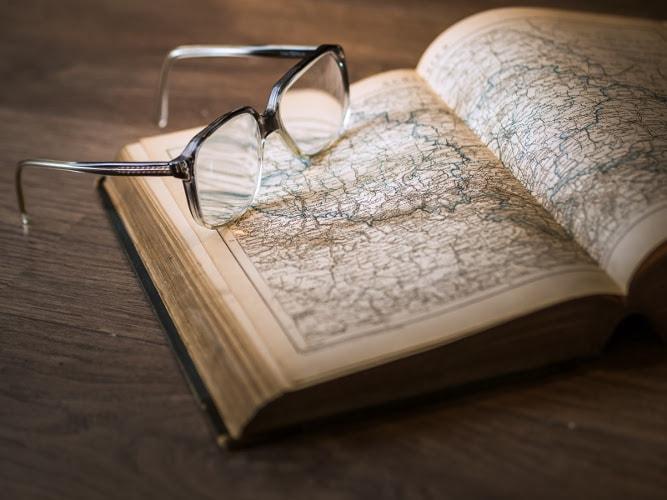 Buch mit Brille